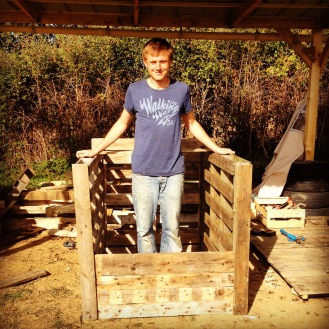 An all-important composter....loving the pallets!